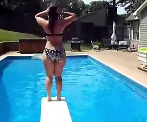 Curvy pawg strips and shakes her big booty underwater